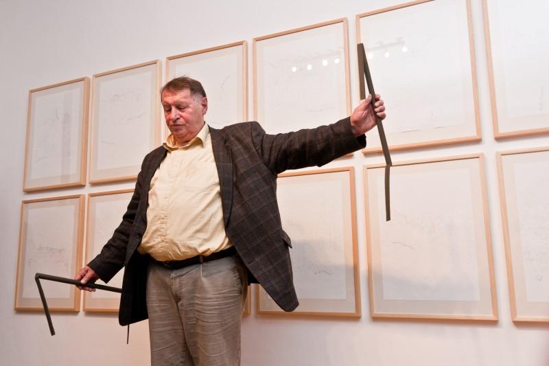 Franz Erhard Walther im Kunstraum 2011 Foto: Jonas Keller